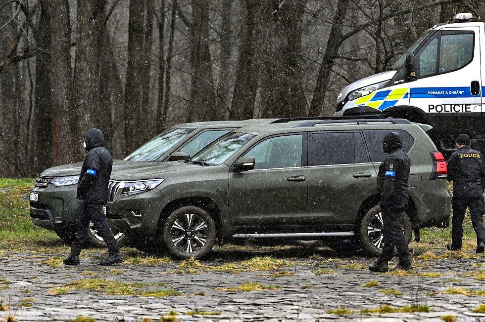 Policisté pátrali po utonutém na řece Ostravici ve Frýdlantu. Nakonec se našel mrtvý, 3. dubna 2021.
