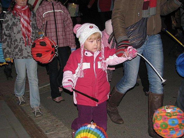 Svatomartinský lampionový průvod v Janovicích přilákal v pátek večer stovky dětí i dospělých.