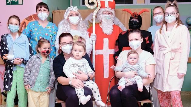 Mikuláš s andělem a čerty rozveselili děti v Nemocnici Třinec.