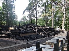 Následky požáru dřevěného kostela v Gutech.
