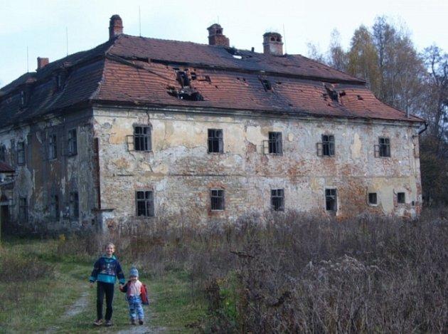 Děti procházejí v sousedství zchátralého zámku v Ropici.