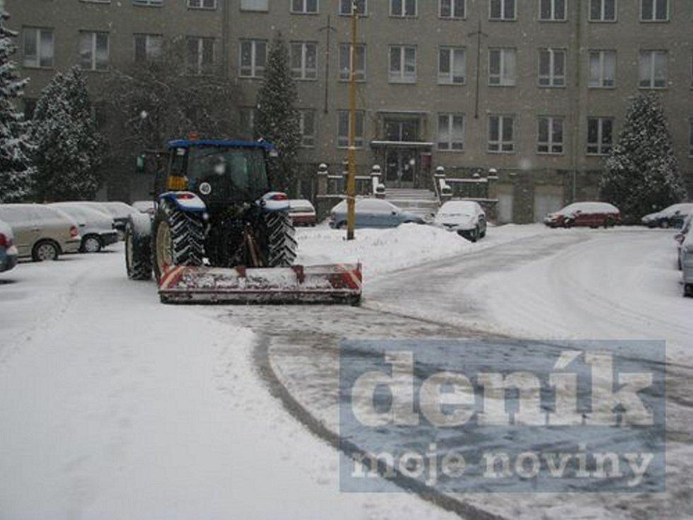 Pracovníci technických služeb i silničáři do boje se závějemi nasadili všechny síly i veškerou techniku, prohrnuté silnice a chodníky ale během několika minut po jejich ošetření hned zase zasypávají další kvanta sněhových vloček.