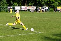 Stoperka Zuzana Fishbachová z Dobratic odkopává míč od své branky.