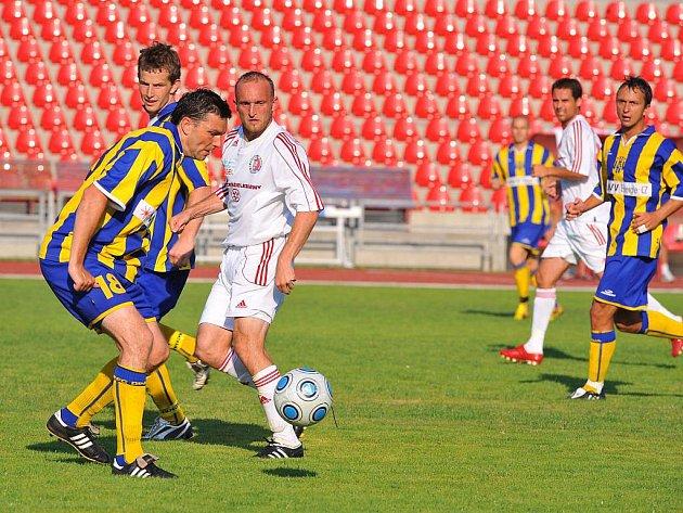 Petr Joukl (uprostřed v bílém).