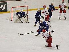 Ani ve třetím vzájemném zápase nenašli hokejisté Nového Jičína (modré dresy) recept na lídra druholigové tabulky z Frýdku-Místku, kterému nakonec podlehli poměrem 2:6.