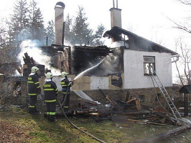 Požár rekreační chaty v Čeladné.