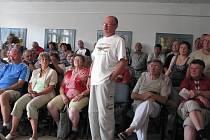 Na zasedání zastupitelstva města Frýdlantu nad Ostravicí přišlo okolo sto padesáti rozčilených občanů.