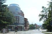 Pohled od budovy bývalé Státní spořitelny dává tušit, že třídu TGM v centru Frýdku poznamenala stavba Rubikovy křižovatky, kvůli které šly k zemi některé domy.
