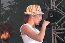 Ewa Farna vystoupila v rámci svého turné před domácím publikem, v hledišti jí tleskaly také její spolužačky.