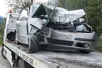 Řízení nezvládl v pátek po poledni řidič osobního vozidla na čtyřproudové komunikaci ve Frýdlantu nad Ostravicí. Při průjezdu levotočivé zatáčky vyjel mimo vozovku a ve vysoké rychlosti narazil do stromu. Jen zázrakem se mu nic vážného nestalo.