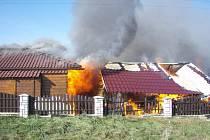 Požár dvou objektů u RD v Milíkově.