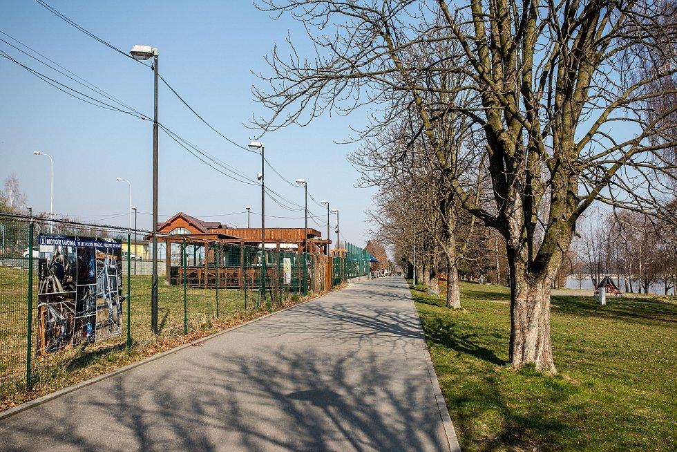V lokalitě přehrady Olešná na dodržování vládních nařízení dohlíží městská policie, , 28. března 2020 ve Frýdku-Místku.