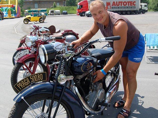 René Cieslar připravuje na jízdu motocykl Praga 500. Za ním je vidět Jawa 350 z roku 1933.