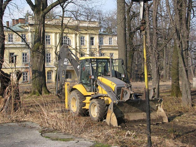 Zámek v Hnojníku opět mění svého majitele. Firma Copersa corporation totiž v těchto dnech začala s terénními úpravami parku.