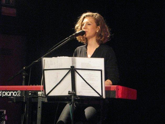 Vánoční koncert Lenky Filipové ve Frýdku-Místku. Oblíbenou zpěvačku a uznávanou kytaristku doprovázela na pódiu ijejí dcera Lenny.
