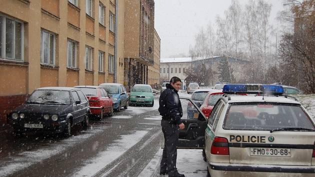 Zaměstnanci a studenti školy byli evakuováni do tělocvičny (na snímku vzadu).
