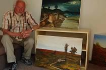 Herec Stanislav Fišer ukazuje své obrazy, které přivezl do Tyry.