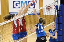 Sokolky (v modrém) si v domácím prostředí vyšláply na hráčky pražského Olympu, které porazily 3:1.