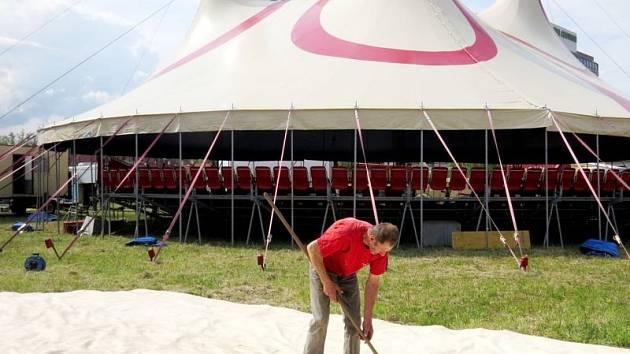 Zaměstnanci cirkusu Prince během úterka dělali poslední přípravy, aby už ve středu mohli přivítat první návštěvníky.