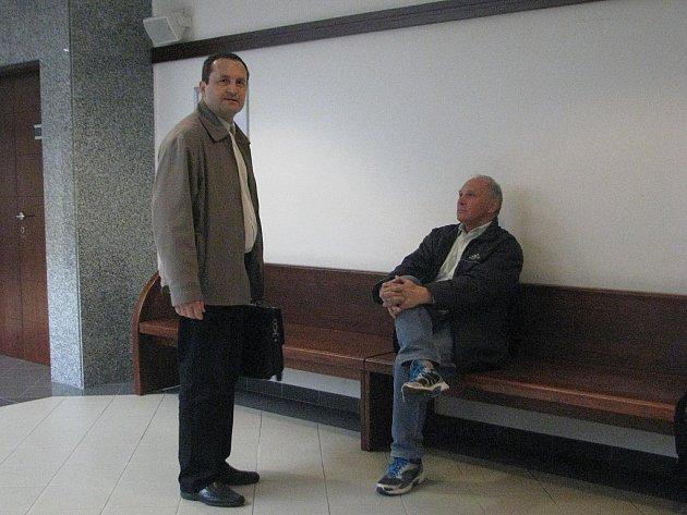 Z rozsáhlých podvodů je obžalován Radek Hajný (na snímku vlevo). Ten měl podvést několik lidí.