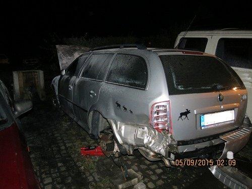 Čtyři jednotky hasičů zasahovaly v noci z pátku na sobotu v Čeladné u požáru tří zaparkovaných aut nedaleko zdejšího autoservisu.