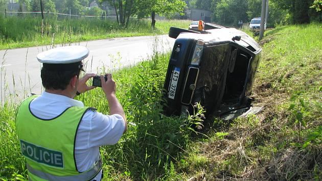 Tři lidé se zranili na konci května při nehodě v Žermanicích. Řidič nezvládl vůz ve stoupání u pekárny Pod Hrází, auto sjelo do protisměru a skončilo v příkopu.