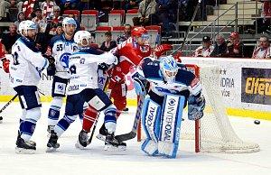 Hokejisté Třince (v červeném) proti Plzni.