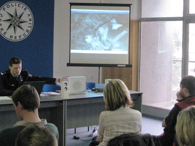 Mluvčí Okresního ředitelství Policie ČR ve Frýdku-Místku Ivan Žurovec během tiskové konference zástupcům médií zmiňované video pustil.