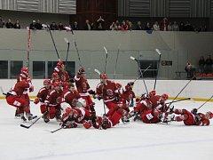 Souboj lídra tabulky s posledním celkem vyzněl jasně pro hokejisty Frýdku-Místku (červené dresy), kteří Karvinou porazili vysoko 7:1.