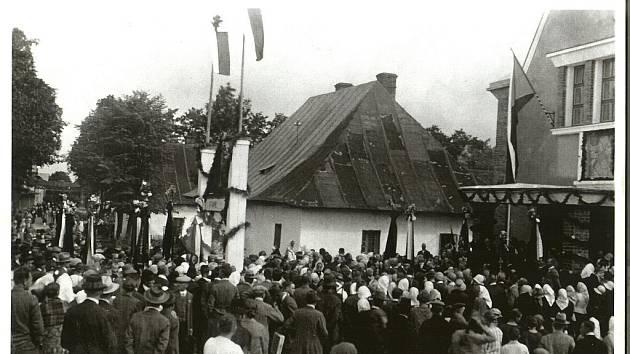Slavnostní otevření Husova doma v Bašce (8. září 1929), o jehož výstavbu se Alexander Winkler zasloužil.