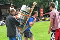 Šerpové v sobotu nesli sudy piva z Ostravice na Lysou horu. Které čtyřčlenné družstvo do stihlo do čtyř hodin, získalo piva.