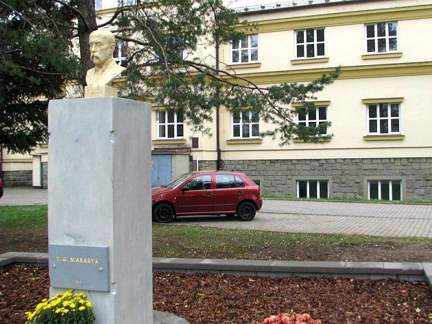 Před školu v Hnojníku se vrátila Masarykova busta.