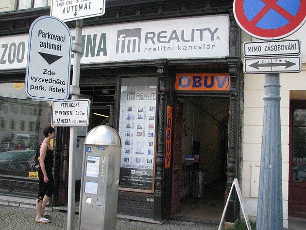 Vstup do firmy FM Reality (na archivním snímku). Společnost působila na frýdeckém náměstí, už v roce 2009 se ale dostala do problémů. Soud ji nyní poslal do likvidace.