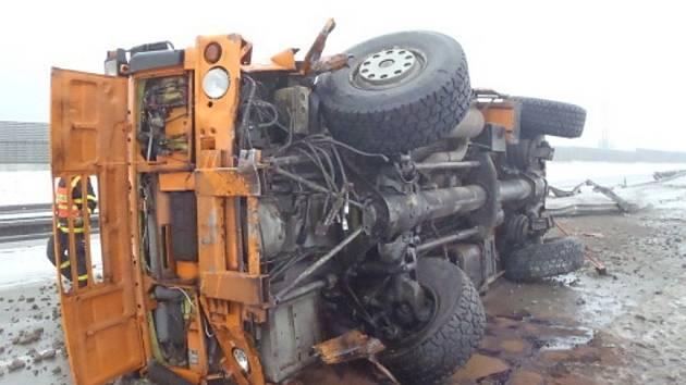Několikahodinové omezení si ve čtvrtek 17. ledna před desátou hodinou dopoledne vyžádala dopravní nehoda poblíž Nošovic na Frýdecko-Místecku.
