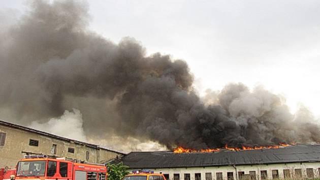 Z hořícího objektu se do okolí valil hustý dým.