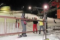 Na Palkovický kopec se sjíždí lyžaři z celého okolí, kteří také rádi využívají večerního provozu.