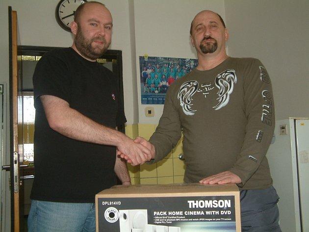Šéfredaktor Frýdecko-místeckého a třineckého Deníku Tomáš Machálek (vlevo) předává cenu vítězi Tip Ligy Radomíru Pařenicovi.