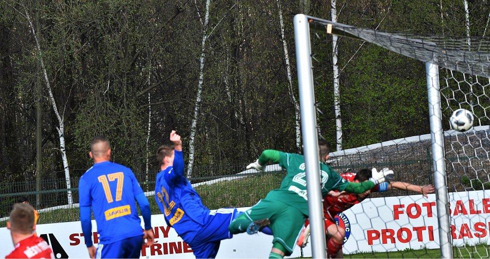 Třinečtí fotbalisté (v červeném) porazili Varnsdorf a dočkali se první jarní výhry.