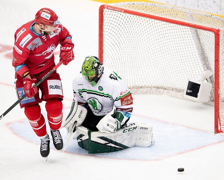 Semifinále play off hokejové Tipsport extraligy - 5. zápas: HC Oceláři Třinec - BK Mladá Boleslav, 11. dubna 2021 v Třinci. (Zleva) Tomáš Marcinko z Třince a brankář Mladé Boleslavi Jan Růžička.
