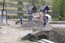U frýdecko-místecké 4. základní školy finišuje výstavba moderního herního areálu pro děti.