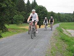 Na snímku je Markéta Knappová (v bílém dresu), která využívá cyklotrasu jak ke každodenní cestě do práce, tak i ve volném čase.