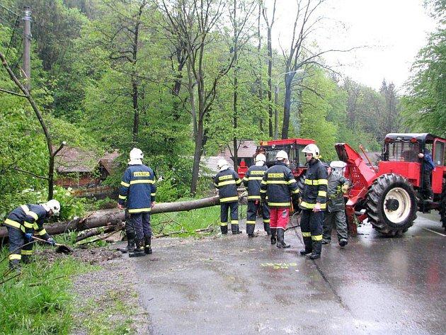 Následky povodní odklízeli i dobrovolní hasiči v Kozlovicích poblíž areálu Na mlýně.