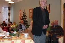 Předseda literátů Miloslav Oliva beseduje na Rivieře s důchodci.