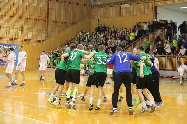 Házenkáři Karviné (zelené dresy) zvítězili vsemifinále Českého poháru nad Frýdkem-Místkem rozdílem devíti branek.