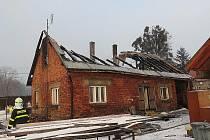 Osm jednotek hasičů zasahovalo v noci z úterý na středu 1. února ve Frýdlantu nad Ostravicí, kde hořela střecha staršího rodinného domku, u kterého se navíc propadly i stropy.