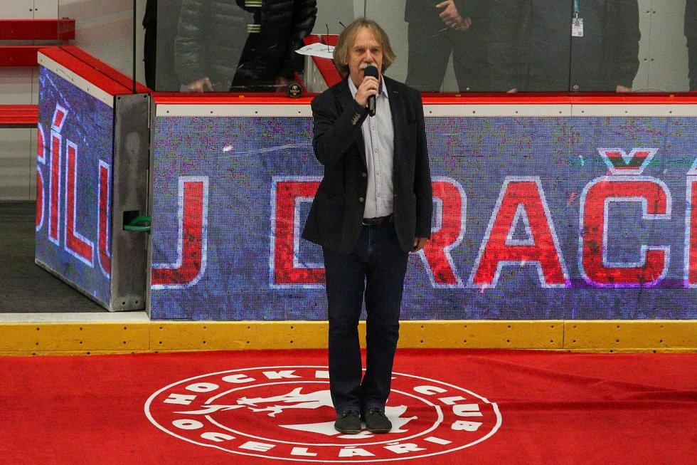 Známý písničkář Jaromír Nohavica zazpíval státní hymnu.