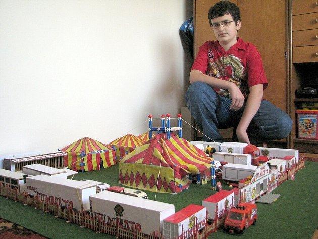 Čtrnáctiletý Petr Gongol z Dobré pracuje na modelu cirkusu Humberto.