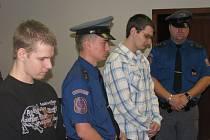 Martin Jenčo (vlevo) a Lukáš Kužílek čekají na vyhlášení rozsudku.