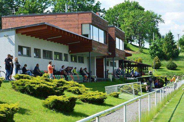Fotbalový areál ve Staříči nabízí pro fanoušky komfortní zázemí.