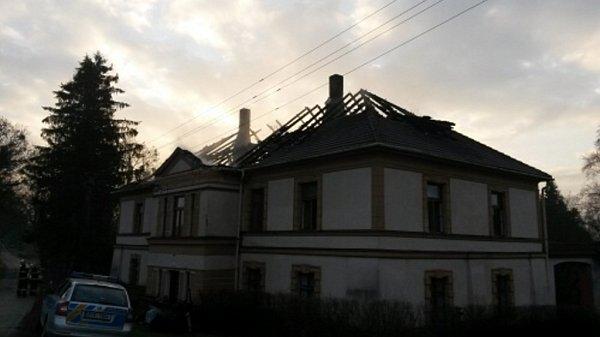 Požárem poškozená střecha.